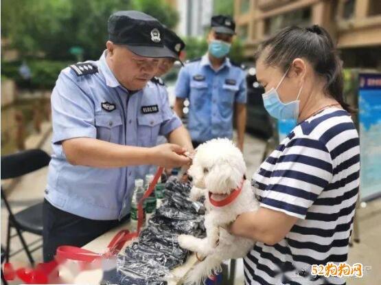 西安警方为全市在册狗狗免费统一配发牵引带!